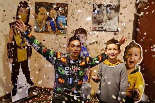 PORTO ALEGRE, RS, BRASIL 06/08/2018 - Muito além da melodia, os pais cantores que mandam muito bem com os filhos - Jean Pacul e seu filho Kazuki. (FOTO: ROBINSON ESTRÁSULAS/AGÊNCIA RBS)