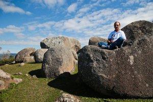 Adnir em uma das pedras estudadas na trilha da Galheta (Diário Catarinense/Cristiano Estrela)