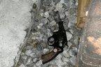 A arma do suspeito foi encontrada perto do muro de uma das casas da rua (divulgação/divulgação)