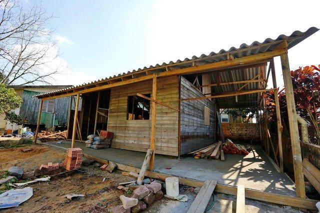 VIAMÃO, RS, BRASIL, 04/08/2018 - Uma construtora tem vendido casas pré-fabricadas e não entregue ou atrasado e/ou abandonado as obras. Na foto residencia de João Artur. (FOTOGRAFO: ROBINSON ESTRÁSULAS / AGENCIA RBS)