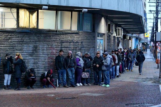 PORTO ALEGRE-RS- BRASIL- 09/07/2018- Trabalhadores formam filas em busca de emprego na Agência do SINE em Porto Alegre.  FOTO FERNANDO GOMES? DIÁRIO GAÚCHO.