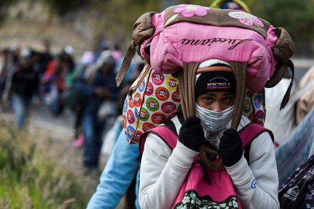 Migrante venezuelana em direção ao Peru carrega bolsas enquanto caminha pela rodovia Panamericana em Tulcan, Equador, depois de cruzar a fronteira da Colômbia, em 21 de agosto de 2018. Equador anunciou em 16 de agosto que os venezuelanos que entravam no país precisariam mostrar passaportes a partir de 18 de agosto em diante, um documento que muitos não estão carregando. E o Peru fez o mesmo em 17 de agosto, anunciando uma medida idêntica para começar em 25 de agosto. // A Venezuelan migrant woman heading to Peru carries bags as she walks along the Panamerican highway in Tulcan, Ecuador, after crossing from Colombia, on August 21, 2018. Ecuador announced on August 16 that Venezuelans entering the country would need to show passports from August 18 onwards, a document many are not carrying. And Peru followed suit on August 17, announcing an identical measure due to begin on August 25.  / AFP PHOTO / Luis ROBAYOEditoria: POLLocal: TulcanIndexador: LUIS ROBAYOSecao: migrationFonte: AFPFotógrafo: STF