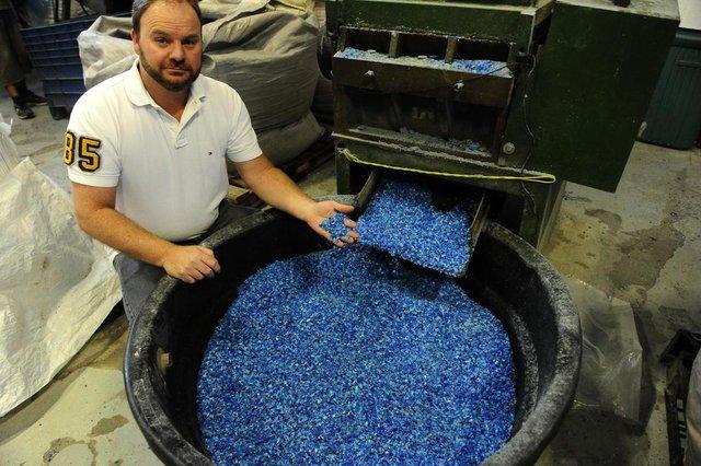 PORTO AELGRE,RS,BRASIL. Último processo das tampinhas antes de voltar pra industria, que é a trituração do material.Na foto.Paulo Roberto Jaeger.(RONALDO BERNARDI/AGÊNCIA RBS).