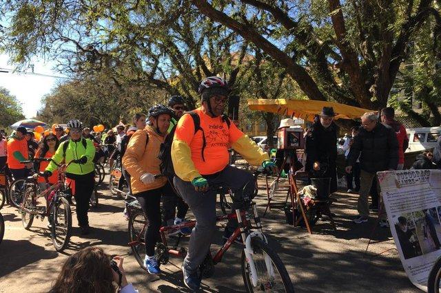 participantes do passeio ciclístico da Associação de Cegos do Rio Grande do Sul (Acergs); na foto, a Janete e o Jorge