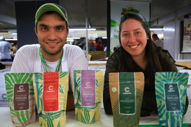 ESTEIO, RS, BRASIL, 29/08/2018 - Produtores de Café Coopfam, vieram do sul de Minas Gerais, para expor seus produtos na Expointer. Fernanda e João Mateus, produtores de café.(FOTOGRAFO: TADEU VILANI / AGENCIA RBS)