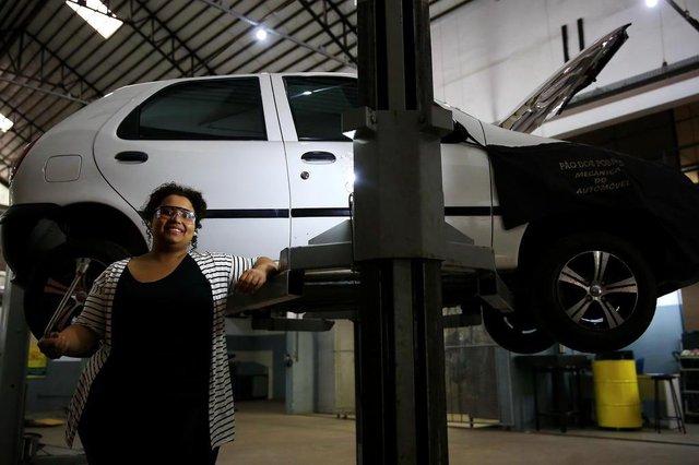 PORTO ALEGRE, RS, BRASIL, 22-08-2018: Tainna Santos, 22 anos, na oficina do Pão dos Pobres, onde se formou em Mecânica Automotiva. Ela enfrentou o preconceito dos colegas ao ser a única mulher na turma e hoje é uma empreendedora premiada e dá cursos para outras mulheres. (Foto: Mateus Bruxel / Agência RBS)