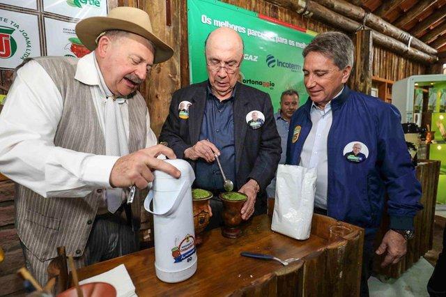 O candidato pelo MDB à Presidência da República, Henrique Meirelles, visitou a Feira ExpoInter nesta quinta-feira. Com ele, estava o candidato a vice Germano Rigotto.