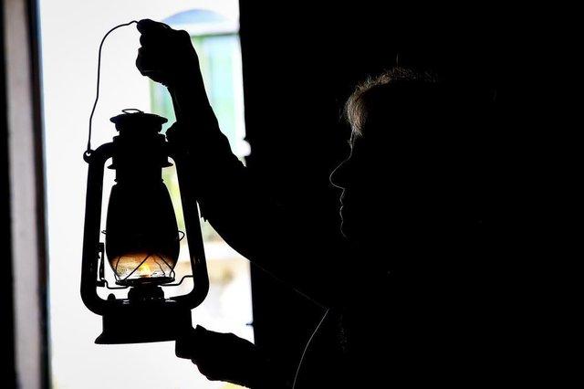 PORTO ALEGRE, RS, BRASIL, 29-08-2018: Vera Aguiar segura lampião com a chama mãe, que garante o acendimento da Chama Crioula caso o fogo apague, na 1ª Região Tradicionalista, na zona sul. Ela é a guardiã da Chama Crioula no local até seu acendimento no Acampamento Farroupilha. (Foto: Mateus Bruxel / Agência RBS)