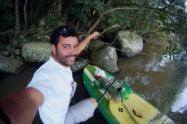 Leandro Raí dá aula de stand up paddle com prancha feita de garrafas pet. Na foto, um aluno no Guaíba.