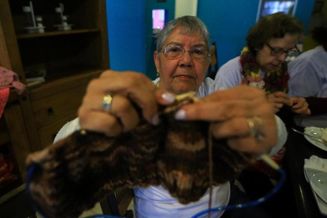 CACHOEIRINHA, RS, BRASIL, 24/08/2018: Grupo faz roupas de tricot e crochê para doações para entidades de Cachoeirinha.Indexador: ISADORA NEUMANN