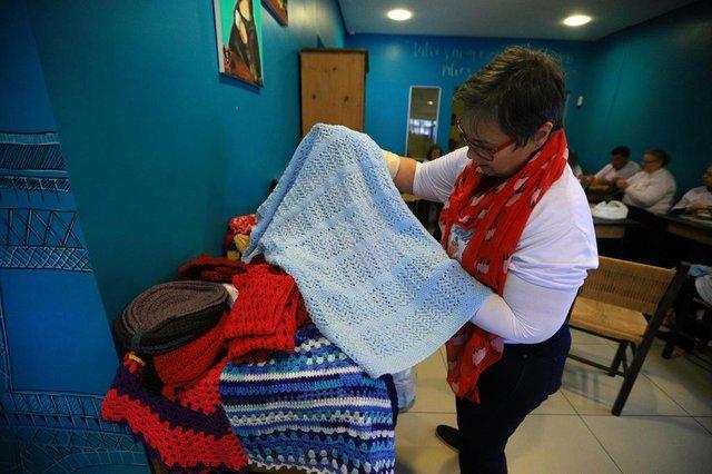 CACHOEIRINHA, RS, BRASIL, 24/08/2018: Grupo faz roupas de tricot e crochê para doações para entidades de Cachoeirinha. Na foto: Beatriz AndradeIndexador: ISADORA NEUMANN