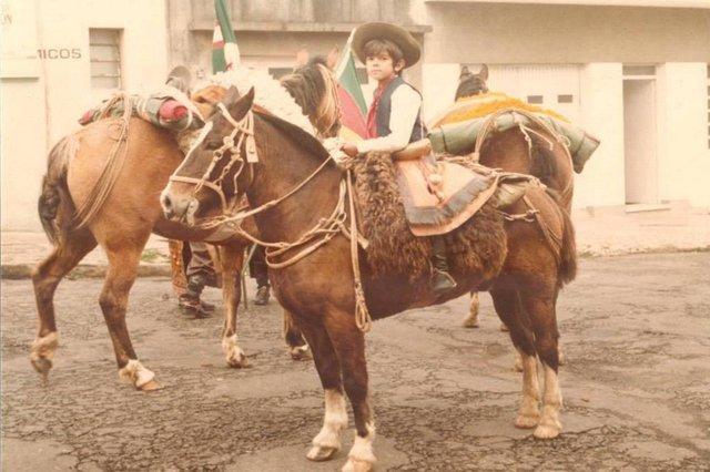 Pedro Magalhães, filho do tropeiro Tio Flor, nos anos 80 em desfile do 20 de setembro pra o CTG Fronteira Aberta - SAntana do Livramento/RS.