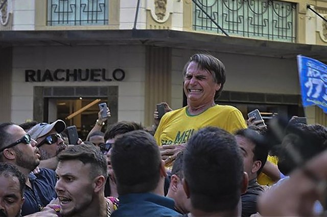 Brazilian right-wing presidential candidate Jair Bolsonaro gestures after being stabbed in the stomach during a campaign rally in Juiz de Fora, Minas Gerais State, in southern Brazil, on September 6, 2018.Frontrunner Bolsonaro was attacked with a knife while campaigning -- but escaped with just minor injuries, his son said. / AFP PHOTO / Raysa LEITE / RESTRICTED TO EDITORIAL USE - MANDATORY CREDIT AFP PHOTO /RAYSA LEITE - NO MARKETING NO ADVERTISING CAMPAIGNS - DISTRIBUTED AS A SERVICE TO CLIENTSEditoria: POLLocal: Juiz de ForaIndexador: RAYSA LEITESecao: electionFonte: AFPFotógrafo: STR