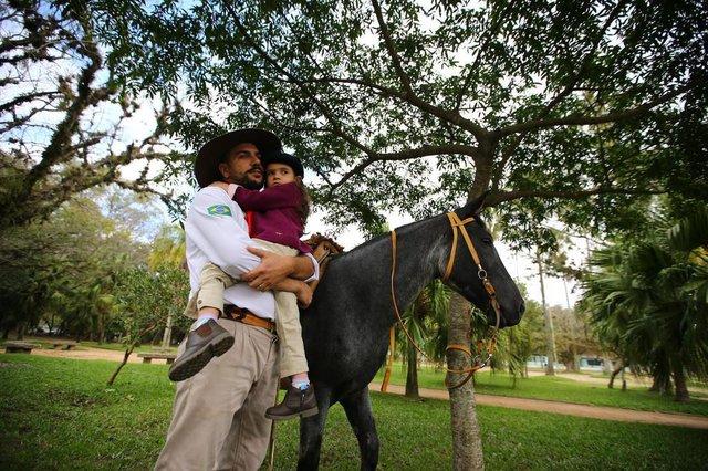 PORTO ALEGRE - BRASIL - Desfile tradicionalista no extremo sul em Porto Alegre.Anderson e Giovana da Silva (4 anos)