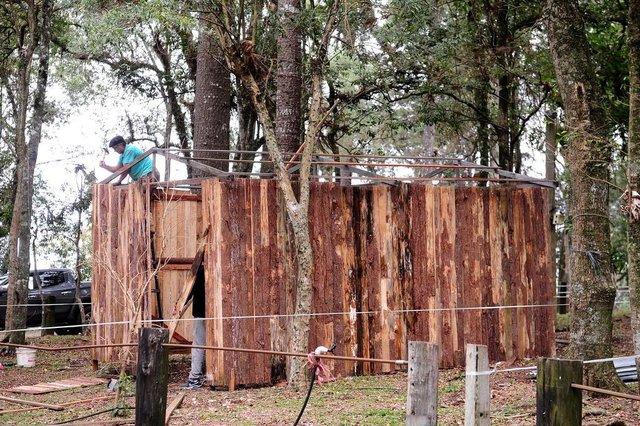 CAXIAS DO SUL, RS, BRASIL, 11/09/2018. Mostramos como estão os preparativos no acampamento farroupilha de Caxias do Sul, no Parque de Eventos da Festa da Uva, para os festejos que começam na sexta-feira. José Alves, 43 anos, carpinteiro, monta estruturas no parque. (Diogo Sallaberry/Agência RBS)