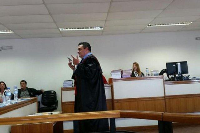 Promotor Eugênio Amorim mostra aos jurados a arma usada por Alemão Caio no dia do crime. De acordo com a acusação, ele tentou atirar na ex-esposa, mas a arma falhou.