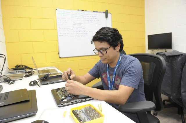 Blumenau - SC - Brasil - 13092018 - Marcelo Tikara Divino, deficiente auditivo que trabalha na Philips.