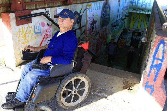 PORTO ALEGRE, RS, BRASIL, 12-09-2018: O cadeirante Leudir Bianchi no terminal de ônibus Triângulo, na zona norte. Situação de terminais de transporte coletivo de Porto Alegre. (Foto: Mateus Bruxel / Agência RBS)
