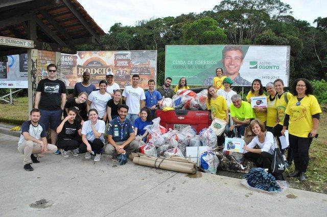voluntários recolhem 70 quilos de lixo na avenida santos dumont, em joinville