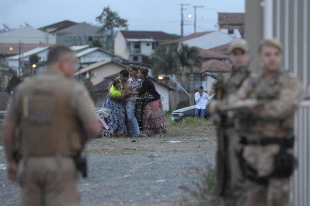Blumenau - SC - Brasil - 16092018 - ciganos brigam e jogam pedras em veículos que passavam na via expressa.