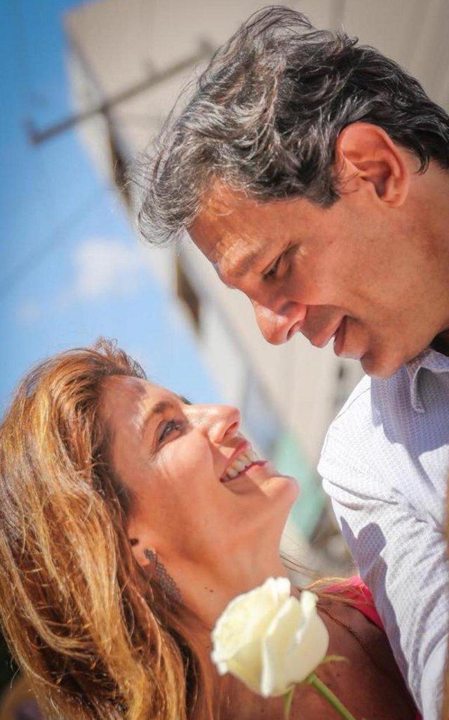 Candidato a presidente, Fernando Haddad (PT), se declara para a esposa em postagem nas redes sociais.