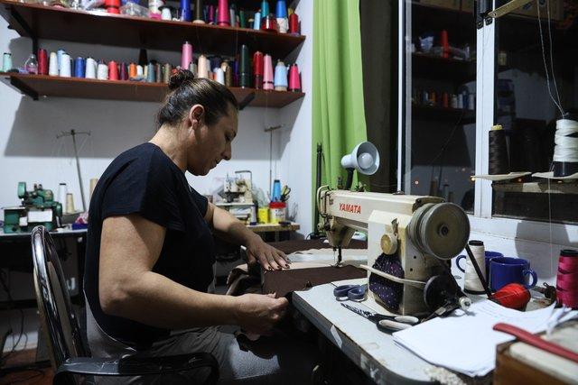 Rosani é assistente de Marilene na confeccção de roupas tradicionalistas