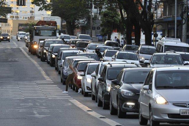 Blumenau - SC - Brasil - 18092018 - Pedestres se arriscam na travessia fora da faixa em frente ao shopping Neumarkt