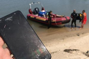 Um dos suspeitos jogou o celular da vítima no mar da praia do Meio, uma das que margeia a orla de Coqueiros, bairro nobre de Florianópolis (PM/Divulgação/PM)