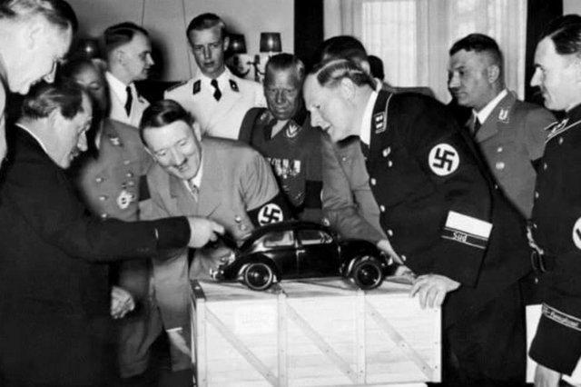 A pedido de Adolf Hitler, surge o Volkswagen (Carro do povo), na Alemanha, em 1938. No Brasil, o carro ficou conhecido como Fusca.