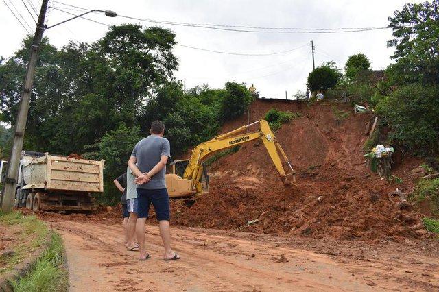 Deslizamento de terra na Rua Christiano Karsten no Testo Salto