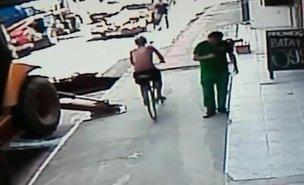 Imagens mostram o momento em que o homem de 55 anos cai no buraco (Divulgação/Divulgação / Divulgação)