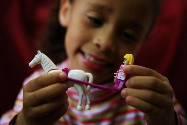 PORTO ALEGRE, RS, BRASIL, 20-09-2018: Isabelle com brinquedos do Junte e Pague do Diário Gaúcho, no bairro Partenon, onde moram. (Foto: Mateus Bruxel / Agência RBS)