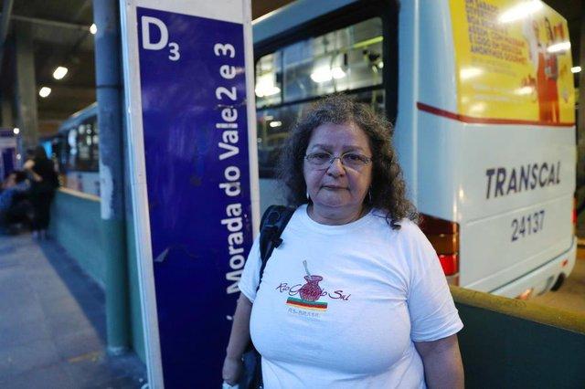 PORTO ALEGRE, RS, BRASIL, 19/09/2018: Segundo relatos, empresa Transcal demitiu cobradores e em alguns ônibus motoristas estão cobrando as passagens. Na foto: Salete Garcia dos Santos, professora.