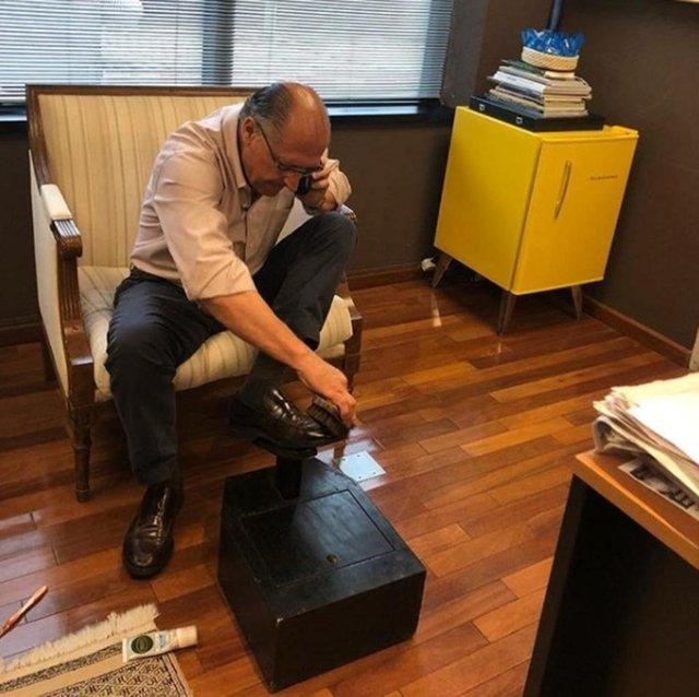 Geraldo Alckmin (PSDB), candidato a presidente, engraxando os sapatos.