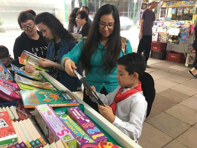 Vitor Emanuel e a mãe conferiram as opções na área infantojuvenil