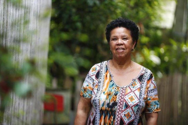 ALVORADA, RS, BRASIL, 26/09/2018: A voluntária Vera Regina Conceição promove atividades educativas com crianças de Alvorada, como reforço escolar, aulas de percussão e arte. (CAMILA DOMINGUES/AGÊNCIA RBS)Indexador: Isadora Neumann