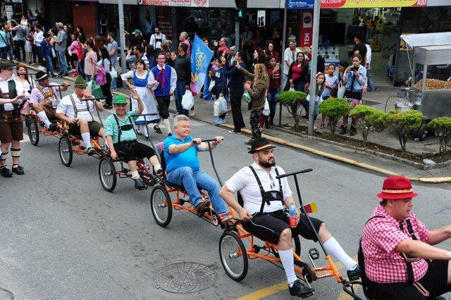 Desfile da 4ª edição da Bierville, em Joinville