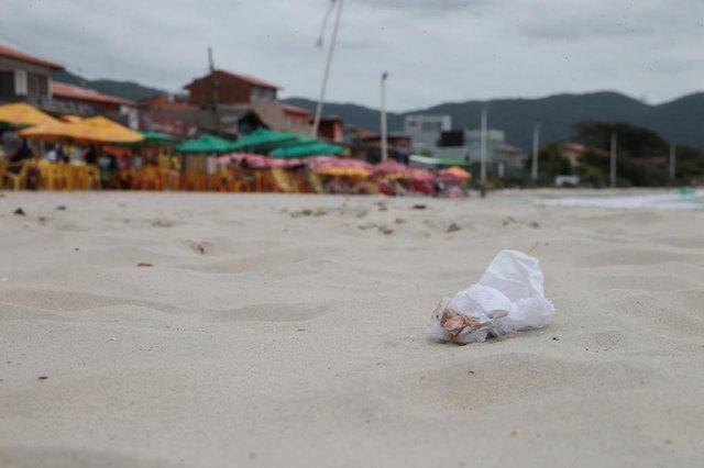FLORIANÓPOLIS, SC, BRASIL, 05/10/2018: Poluição nas Praias de Florianópolis. Na foto: Barra da Lagoa. (Foto: CRISTIANO ESTRELA / DIÁRIO CATARINENSE)