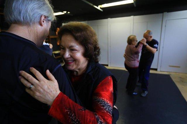 PORTO ALEGRE -RS - BR - 03.10.2018Aulas de dança para pacientes com Parkinson.Projeto de pesquisa da UFRGS que oferece aulas de dança específicas para o tratamento de quem sofre do mal de Parkinson.Waldir Palma, acompanha a esposa Dora Palma, que tem o Parkinson, nas aulas de dança.FOTÓGRAFO: TADEU VILANI - AGÊNCIARBS Editoria Diário Gaúcho