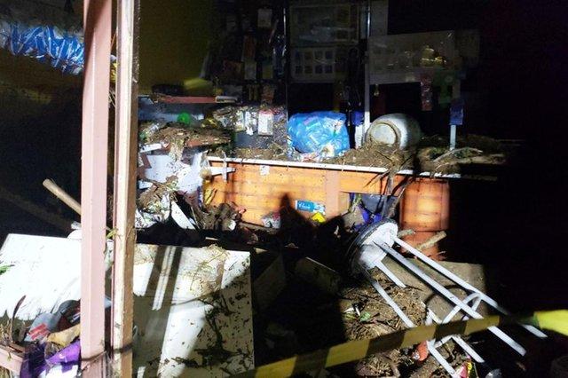 Móveis foram levados pela água, que atingiu a residência na noite de terça-feira (9)