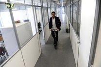 Delegado Bozzetto brinca: de tão grande é preciso se locomover de patinete (Agencia RBS/Ronaldo Bernardi)