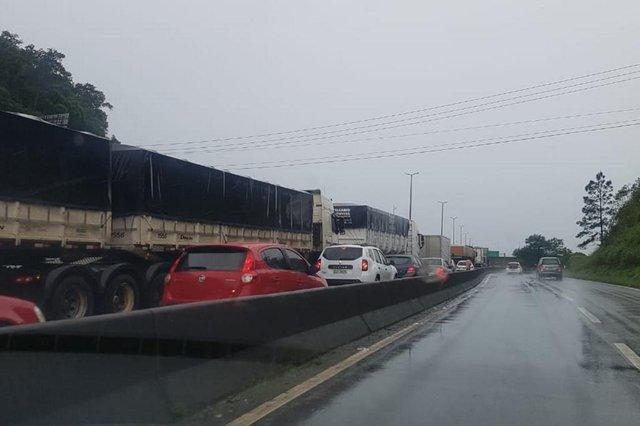 ARAQUARI, SANTA CATARINA, BRASIL (13/10/2018): Acidente na BR-101 bloqueia o trânsito e deixa ao menos sete feridos em Araquari