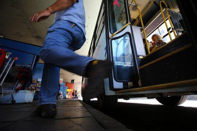 PORTO ALEGRE, RS, BRASIL, 15-10-2018. Passageiros da Vicasa reclamam de condições da frota. Os usuários da empresa Vicasa, que circula entre Porto Alegre e Canoas, reclamam do tempo de espera dos ônibus e do sucateamento da frota. (LAURO ALVES/AGÊNCIA RBS)