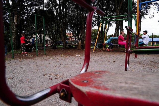 CAXIAS DO SUL, RS, BRASIL, 14/10/2018 - Módulos da Brigada estão desativados há mais de dois anos. Apenas estão em funcionamento as unidades do bairro Cinquentenário e a do Parque dos Macaquinhos. No bairro Cruzeiro, módulo é usado pela Associação de Moradores. NA FOTO: No bairro Fátima a estrutura foi demolida e na área houve a instalação de um parque infantil. NA FOTO: (AO FUNDO)  a aposentada Fabiana Marques, 38 anos, relata que raramente leva a sobrinha para brincar no parquinho do Fátima devido à falta de segurança. (Marcelo Casagrande/Agência RBS)
