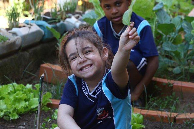 GRAVATAÍ, RS, BRASIL, 16/10/2018: Os alunos da Escola Dorival Cândido de Oliveira, em Gravataí, estão aprendendo sobre alimentação saudável e mantém uma horta nas dependências do colégio. Na foto: Isabela Ramos FreitasIndexador: ISADORA NEUMANN