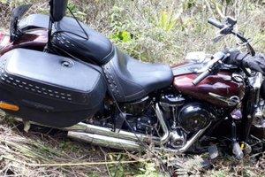 Motocicleta após cair às margens da BR-282 (Divulgação/Corpo de Bombeiros)