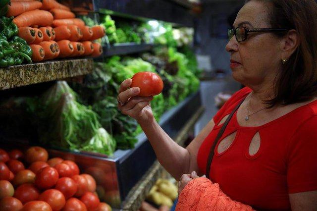 PORTO AELGRE -RS -BR - 22.10.2018Tomate volta a pesar no orçamento.Sra. Reni Alves de Oliveira, 67, aposentada.FOTÓGRAFO: TADEU VILANI AGÊNCIARBS Editoria DG