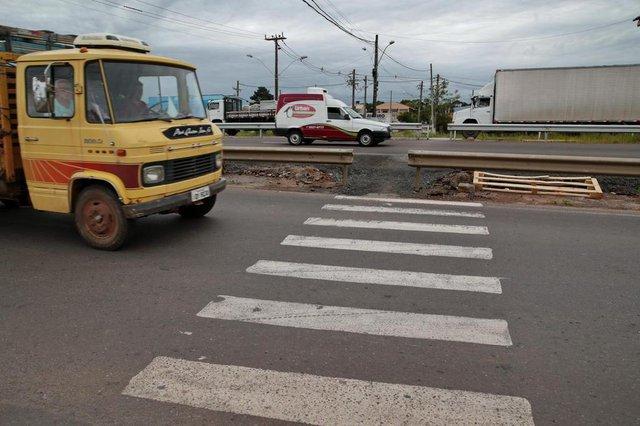 CACHOEIRINHA-RS- BRASIL- 23/10/2018- Moradores de Cachoeirinha do bairro Jardim Betânia,  pedem a construção de uma passarela na RS 118,  para que possam cruzar a estrada com segurança.   FOTO FERNANDO GOMES/ DIÁRIO GAÚCHO.