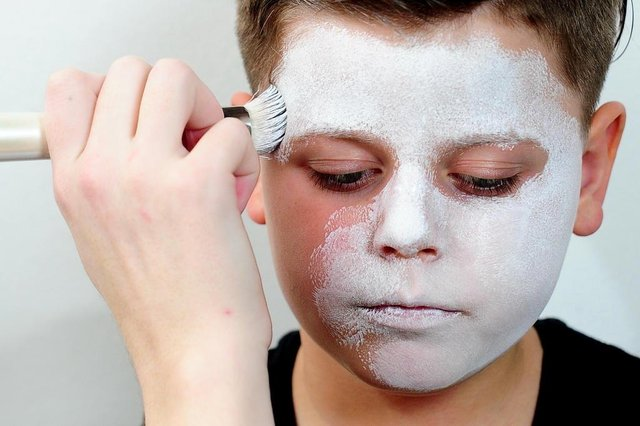 CAXIAS DO SUL, RS, BRASIL, 18/10/2018. Modelo Lucas Rodrigues recebe maquiagem infantil de caveira. Maquiadora Bruna Hofmeister ensina o passo a passo para maquiagens simples de Halloween / Dia das Bruxas. (Diogo Sallaberry/Agência RBS)