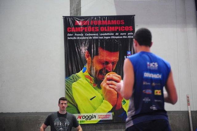CAXIAS DO SUL, RS, BRASIL, 24/10/2017Medalhista olímpico Eder Carbonera faz uma visita para as equipes da Apaavôlei/UCS. (Lucas Amorelli/Agência RBS)